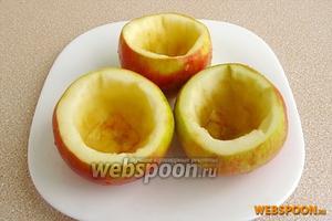 Яблоки вымыть, обсушить, срезать верхушки и острым ножом аккуратно выбрать мякоть (почти на всю высоту яблока), не доходя до «донца». Можно воспользоваться специальным приспособлением для удаления мякоти. Для того чтобы мякоть яблок не потемнела до фарширования, опустить плоды в раствор лимонной кислоты.