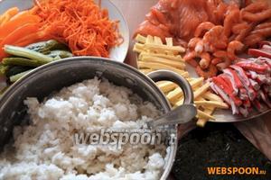 Подготовим все ингредиенты: рис, креветки, корейскую морковь, порезанную на брусочки: огурцы, сыр, крабовые палочки, форель, перец.