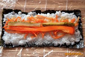 Далее на него выкладываем морковку, огурец, перец. Это один из вариантов начинки — комбинации остальных на ваш выбор.