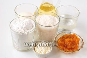 Для приготовления постных манных кексов с пудингом нам понадобится вода, манка, сахар, мука, ванильный пудинг, растительное масло, разрыхлитель, варенье (у меня —  варенье из апельсиновых корок ).
