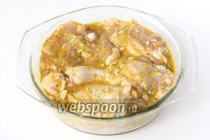 Хорошенько перемешиваем куски курицы в маринаде, накрываем миску с мясом пищевой плёнкой и ставим минимум на 30 минут в холодильник как следует промариноваться.