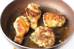После обжариваем куски курицы на оливковом масле (примерно 4 ст. л.) со всех сторон до золотистой корочки и до готовности или запекаем в духовке!