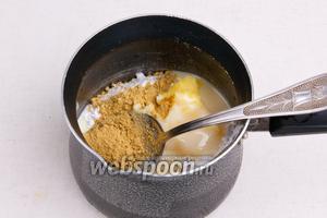Смешать в кастрюле имбирь, корицу, сгущённое молоко, масло и сахарную пудру.