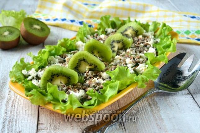Фото Зелёный салат с киви и семечками