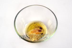 Смешиваем мёд, лимонный сок, немного масла, добавив по вкусу свежемолотый перец, и, по желанию, соль (я её обычно не кладу).