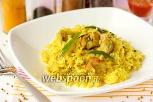 Золотистый рис со свининой и шалфеем