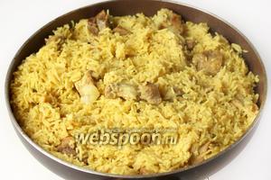 В итоге получим рассыпчатый золотистый и очень вкусный рис со свининой и ароматом пряностей! Подаём рис в горячем виде на обед в качестве второго блюда!