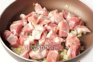Добавляем в сковороду свинину.