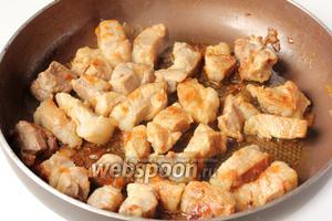 Обжариваем мясо с луком на сильном огне, постоянно перемешивая, до лёгкого золотистого цвета.