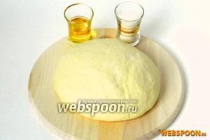 Для приготовления булки возьмём дрожжевое сдобное тесто, подсолнечное масло и сахар.
