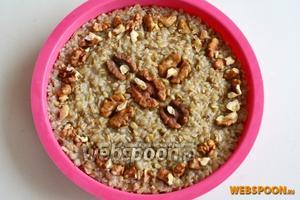 Украсьте орехами и уберите на холод не менее, чем на 2 часа, чтобы масса хорошо схватилась .