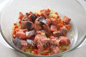 К обжаренным овощам добавить рыбу. Включить микроволновую печь на максимум на 3 минуты.