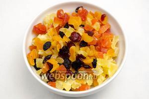 Накануне выпечки (минимум за 2 часа) сухофрукты вымыть и просушить, курагу и цукаты нарезать кубиками.