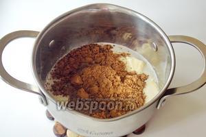 Затем добавляем 20 г какао, 130 г сметаны и 3 столовые ложки сахара.