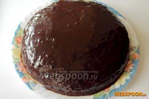 Остывшей шоколадной глазурью смазываем торт. Украшаем по своему вкусу. Я сделала полоски из кокосовой стружки.
