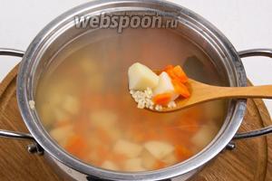 Налить в кастрюлю воду, добавить нарезанную морковь и картофель. За несколько минут до готовности овощей добавить лавровый лист, паприку, асафетиду и вермишель. Варить 5 минут.