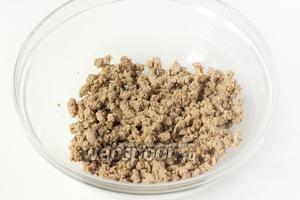 Пропускаем через мясорубку всё содержимое сковороды (печень, лук и масло, на котором обжаривались эти продукты).