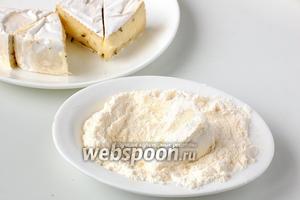 Кусочки сыра со всех сторон обвалять в муке.