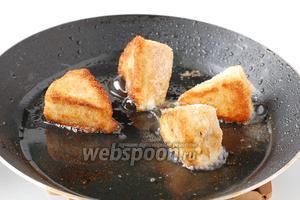 Обжарить сыр на растительном масле со всех сторон до румяной корочки. Подавать сразу.