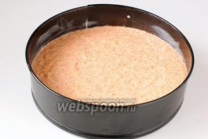 Выложить тесто в  проложенную кулинарной бумагой форму диаметром 20 см.