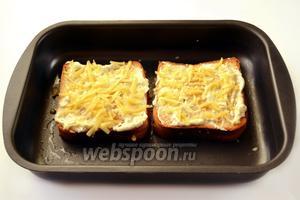 Смазываем запеченные бутерброды соусом и ещё раз посыпаем сыром. Несколько минут в духовке — и бутерброды готовы.