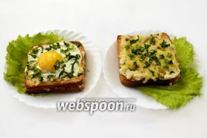Осталось выложить их на лист зелёного салата, крок-месье просто посыпать мелко нарезанной петрушкой, а на крок-мадам водрузить «шляпку» из яичницы-глазуньи. Эти бутерброды — отличный завтрак, но также могут быть поданы на обед с картофелем фри и салатом.