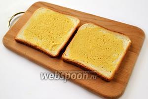 Хлеб намажем дижонской горчицей с одной стороны.
