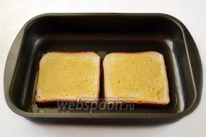 2 ломтика нам пока не понадобятся, а 2 других положим на смазанный оливковым маслом противень горчицей кверху.