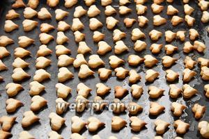 Выкладываем сердечки на предварительно смазанный маслом и слегка посыпанный мукой противень. Ставим в духовку на 25-30 минут при температуре 155°C. Печенье должно приобрести золотистый оттенок.