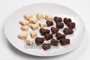 Для оставшейся части печенья растапливаем белый шоколад, а затем окунаем в него выпечку.