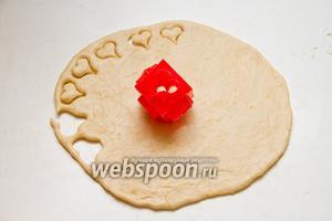 Охладившееся тесто раскатываем в корж толщиной 0,7-1 см.