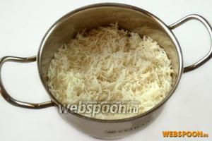 На гарнир приготовим рис басмати. Одна из его особенностей в том, что не нужно многократно смывать мучку, как мы это делаем с обычным рисом. Басмати варится в подсоленной воде в пропорциях: 2 части воды, 1 часть риса.