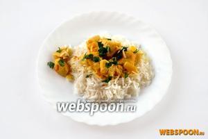 На горку рассыпчатого риса выкладываем ароматную курочку в соусе, посыпаем мелко нарезанной петрушкой — тикка масала готова.