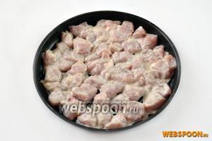 Отцедим от курицы лишнюю жидкость, переложим кусочки в форму для запекания и отправим её в духовку на время приготовления соуса.