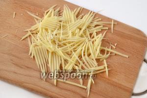 Любой твёрдый сыр (идеально — Пармезан) натираем тонкими лепестками. Эффектно смотрится фигурная нарезка с помощью специальной тёрки.