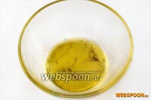 Готовим соус «винегрет»: смешиваем оливковое масло с лимонным соком, солью (по желанию)и свежемолотым перцем. Я соль в этом салате не использую.