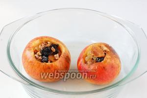 Наполнить яблоки орехово-ягодно-фруктовой смесью.