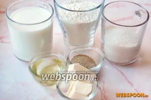 Для приготовления плюшек нужно взять молоко, дрожжи сухие, сахар, соль, ванильный сахар, сливочное и подсолнечное масло, муку.