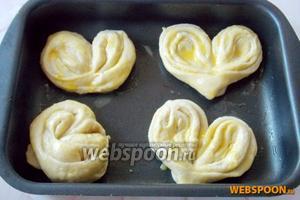 Плюшки кладём в форму для выпечки, смазываем 1 желтком и даём постоять минут 25-30.