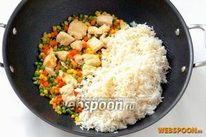 Добавляем кукурузу и горошек, обжариваем буквально 1 минуту и высыпаем промытый рис.