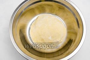 Тесто выложить в смазанную оливковым маслом посуду. Накрыть влажной салфеткой и поставить на 1 час в тёплое место не менее 28°C. Тесто должно подняться минимум вдвое. Готовое тесто использовать для выпечки пирогов, хлеба.