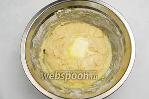 В яично-молочную смесь добавить половину сухой смеси. Замесить тесто. Оно будет липким. Добавить мягкое сливочное масло. Продолжить замес.