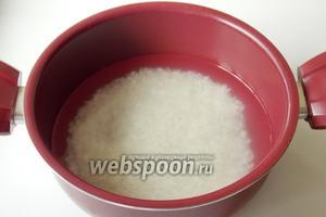 В кастрюлю с антипригарным покрытием наливаем воду из расчета одна часть риса и две части воды. Доводим воду до кипения и всыпаем рис. Закрываем кастрюлю крышкой и варим рис на небольшом огне.