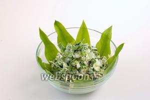 На листья горкой выложить салат.