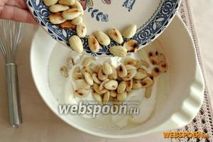 Вынимаем из холодильника полузастывшее желе и добавим взбитые сливки и поджаренные орехи миндаля.