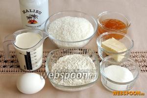 Пока крем застывает займёмся коржом и украшением. Возьмём муку, разрыхлитель, кокосовую стружку, кокосовый ликёр, сахар, яйцо, масло и для завершения конфитюр и сливки 35% жирности.