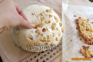 Печенье, которое выпекалось рядом с основным коржом, ломаем на малые кусочки. Вдавливаем их прямо в желе.