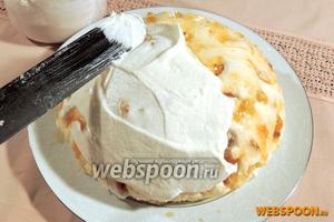 Взбитыми в стойкие пики сливками равномерно обмазываем вокруг торта. Выравниваем, чтобы поверхность была максимально гладкой.