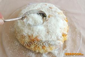 Теперь обильно и равномерно засыпаем торт со всех сторон кокосовой стружкой.