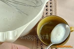 В распущенный желатин вмешаем 3-4 ст. л. молочной смеси, хорошо разведём.